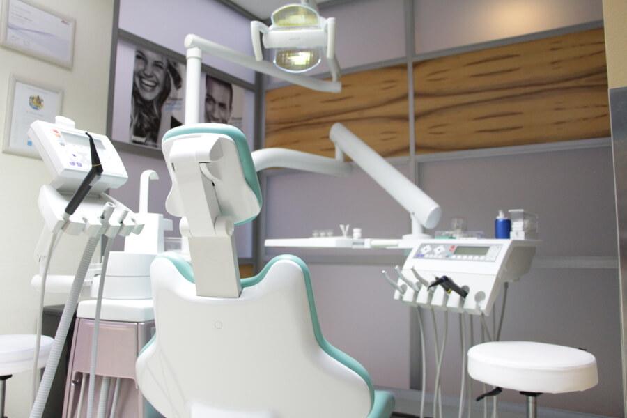 Gergelydent Zahnimplantation in Ungarn